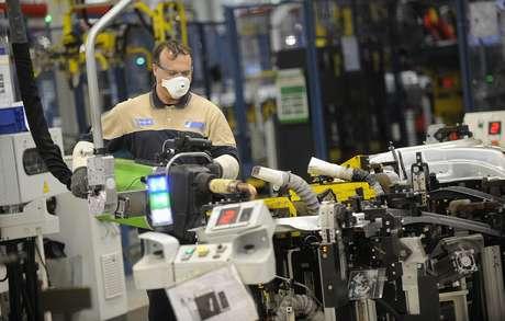 Trabalhador em linha de montagem de fábrica na Itália  22/05/2014 REUTERS/Giorgio Perottino
