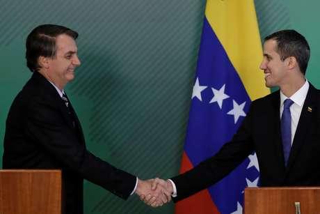 Juan Guaidó cumprimenta Jair Bolsonaro em visita ao Brasil