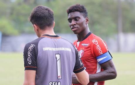 Lateral-esquerdo Bruno (à esq.) lidera Catarinense Sub-20 com JEC (Foto: Divulgação)