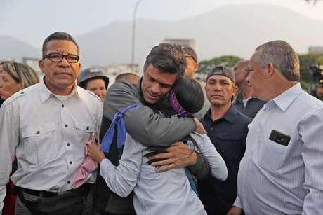 Leopoldo López abraça manifestante após deixar prisão domiciliar