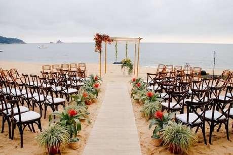 14. Invista em uma decoração simples e charmosa para a cerimônia de casamento ar livre simples – Foto: Inesquecíveis Casamentos