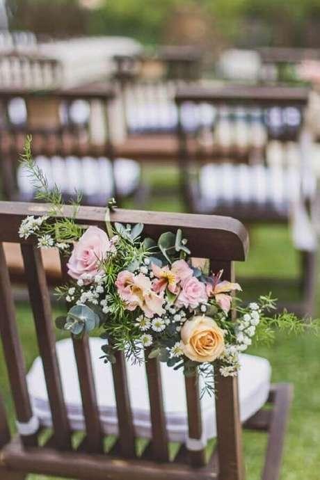 17. Invista em pequenos arranjos para enfeitar as cadeiras dos convidados na cerimônia de casamento ao ar livre – Foto: Rodolfo Alvarenga