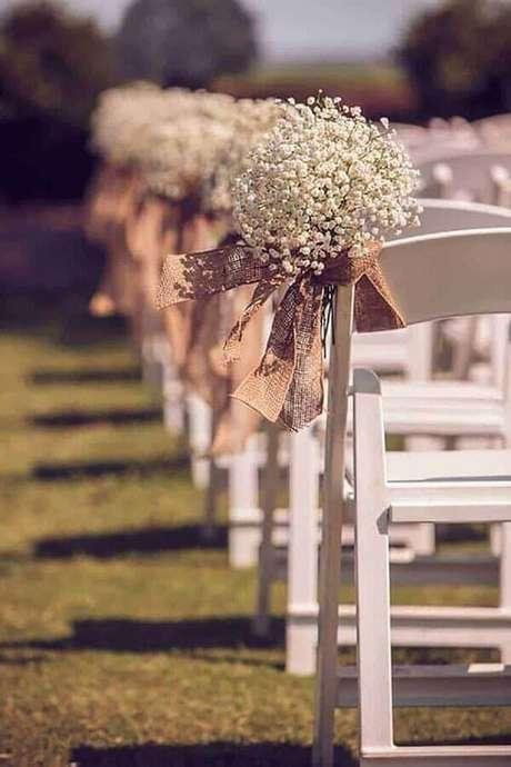 19. Os detalhes rústicos são presença garantida na decoração de casamento simples ao ar livre – Foto: Wedding Inspiration