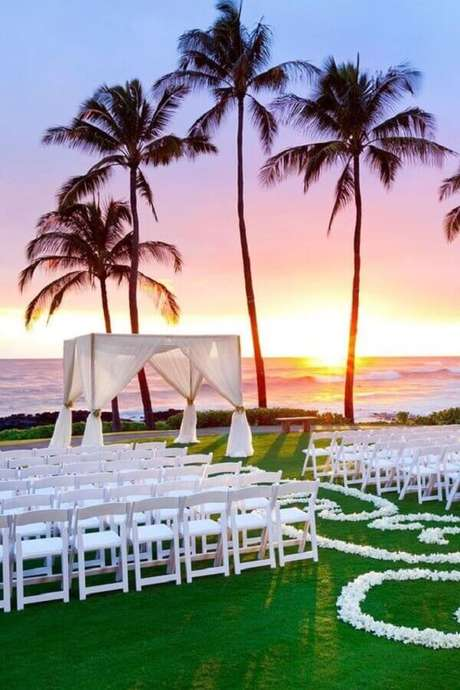 2. Utilize as belezas naturais do local escolhido como cenário para a sua cerimônia de casamento ao ar livre – Foto: Wedding Design Ideas