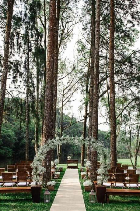 1. Simples e linda decoração para cerimônia de casamento ao ar livre no campo – Foto: Casório à Vista