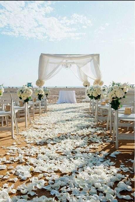 24. Pétalas de rosas são perfeitas para compor o caminho dos noivos no casamento no campo – Foto: Pinterest