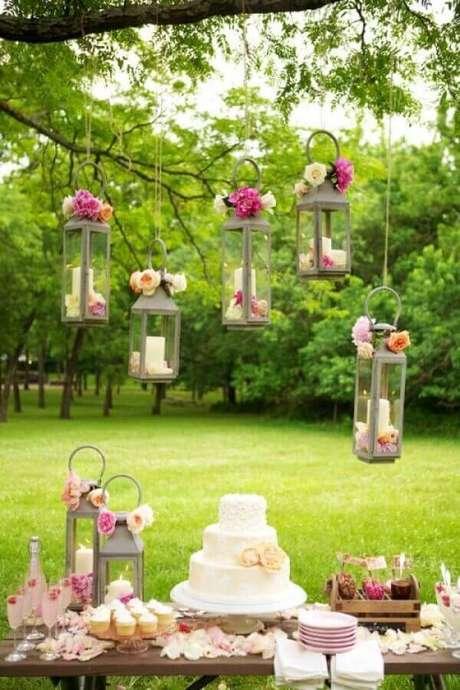 26. Utilize lanternas suspensas para deixar um ar romântico e charmoso na sua festa de casamento ao ar livre – Foto: Papo Glamour