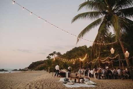27. Invista em uma aconchegante iluminação para a festa de casamento ao ar livre – Foto: Taryn Baxter