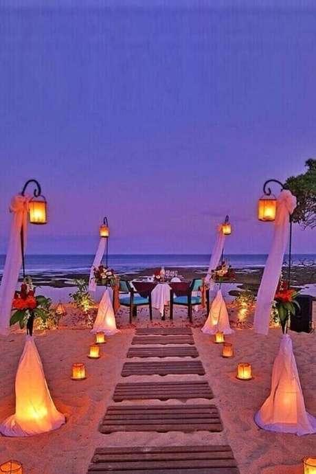 6. As velas dão um toque romântico para a cerimônia de casamento ao ar livre a noite – Foto: Wedding Rings