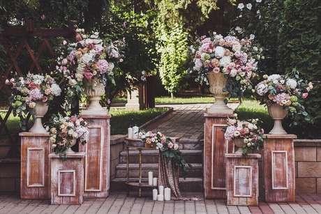 29. Móveis rústicos e antigos são perfeitos para a decoração de festa de casamento ao ar livre – Foto: Wedding Dream