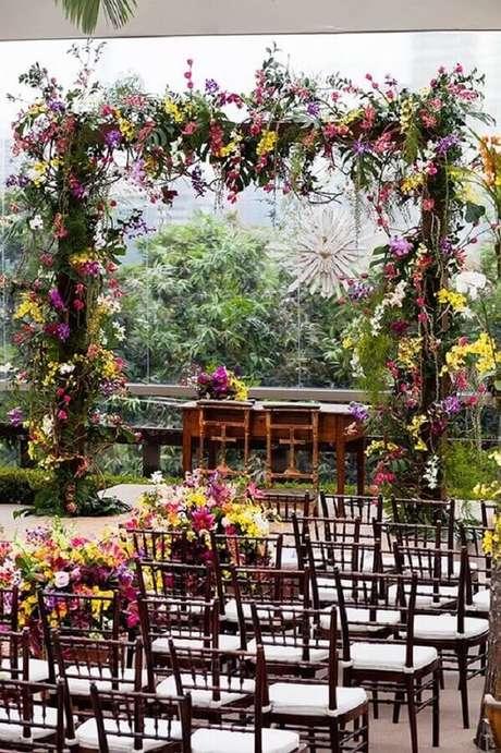 31. Linda decoração de casamento ao ar livre com arranjos de flores coloridas – Foto: Classy World