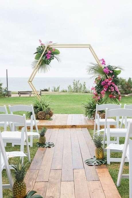 32. O casamento ao ar livre também pode ganhar elementos modernos para os noivos mais antenados – Foto: La Fleur