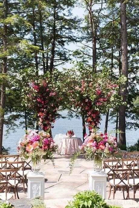 34. Invista em belos arranjos de flores para uma cerimônia de casamento simples ao ar livre mais charmosa e romântica – Foto: Laura & Co. Eventos