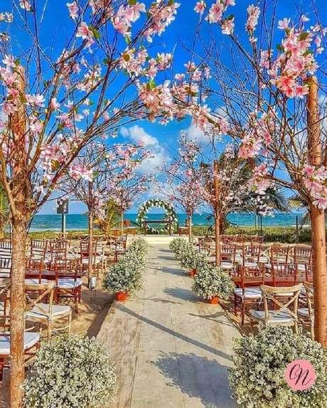 38. Decoração rústica de casamento ao ar livre com cadeiras de madeira e árvores secas – Foto: Pinterest