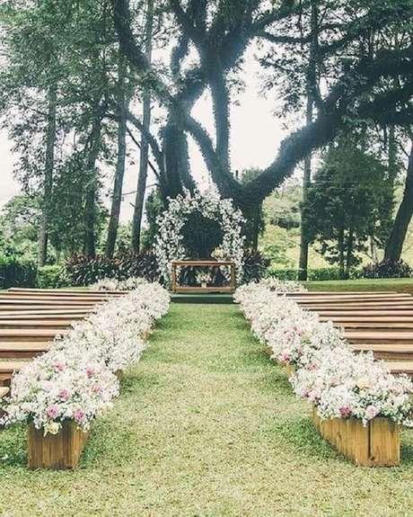 39. Decoração rústica com caixotes de madeira para casamento ar livre simples – Foto: Pinterest