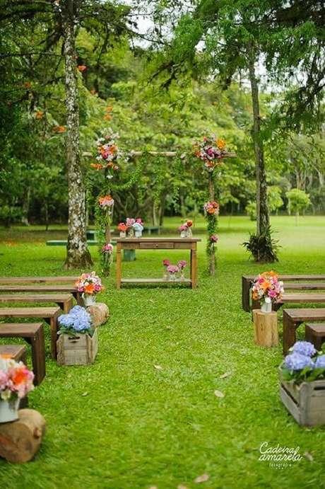 4. Invista em uma decoração rústica e delicada para o seu casamento simples ao ar livre- Foto: Casamentos