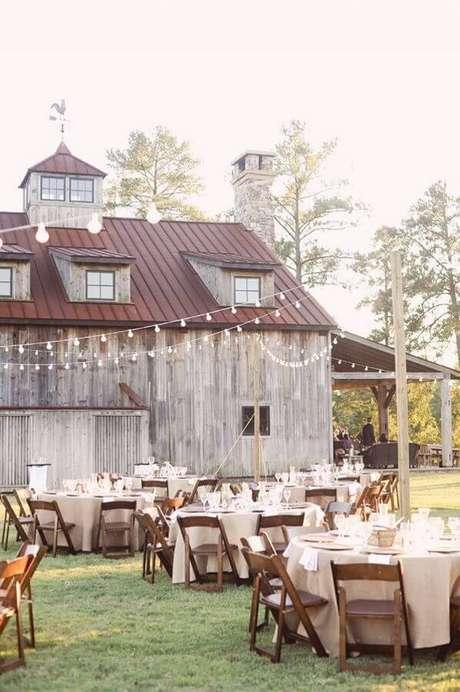 42. Decoração rústica para festa de casamento ao ar livre feita em fazenda – Foto: ELLE Decoration