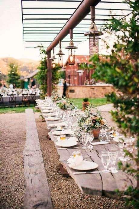43. A mesa de madeira rústica levou um toque ainda mais charmoso para a festa de casamento ao ar livre – Foto: Papo Glamour