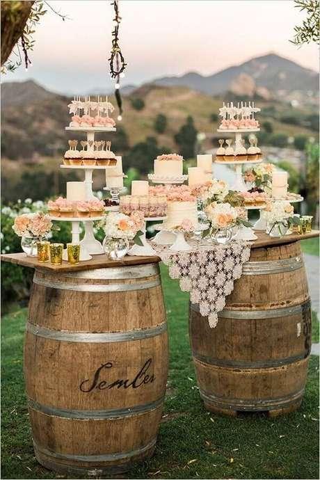 45. Barris podem servir como apoio para a mesa da sua festa de casamento ao ar livre com decoração rústica – Foto: Wedding Ideas