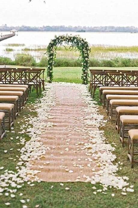 46. Decoração para casamento simples ao ar livre com pétalas de rosas brancas – Foto: Why Santa Claus
