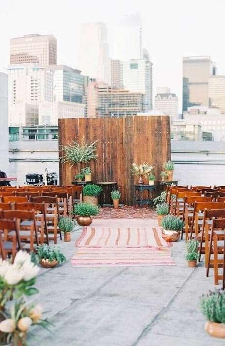 3. Fuja do tradicional e invista em um cenário bem urbano para a sua cerimônia de casamento ao ar livre – Foto: Style me Pretty