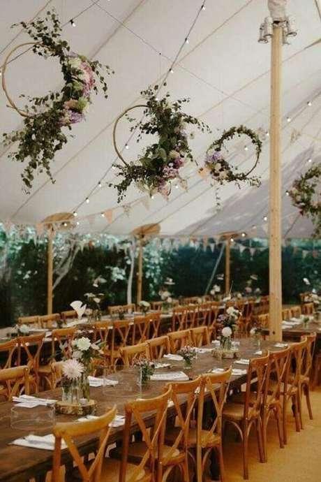 49. Delicada decoração para festa de casamento ao ar livre com varal de luz e arranjos de flores em arcos pendurados – Foto: Love My Dress