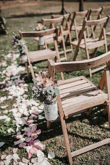 51. Invista em detalhes decorativos para a sua cerimônia de casamento ar livre simples – Foto: Martha Peters