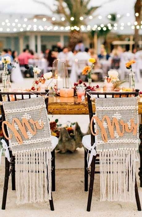 54. Invista na decoração rústica das cadeiras dos noivos para a festa de casamento ao ar livre – Foto: Pinterest