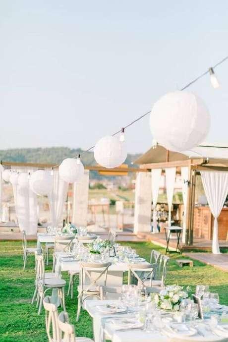 55. Festa de casamento ao ar livre decorada com arranjo de flores brancas – Foto: Wedding Chicks