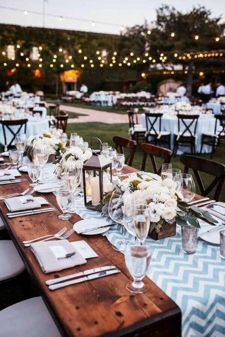 56. Invista em luzes aconchegantes para a festa de casamento ao ar livre a noite – Foto: Blog Meu Casamento