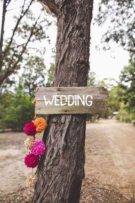 62. Utilize plaquinhas de indicação para facilitar a chegada dos seus convidados no casamento simples ao ar livre – Foto: Party with Lenzo
