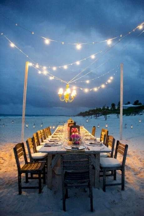 63. Luzes amarelas são as melhores para a decoração de casamento ao ar livre a noite – Foto: My Darling Flowers