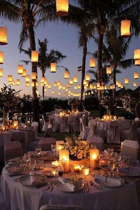 64. Velas são perfeitas para um clima mais aconchegante na festa de casamento ao ar livre a noite – Foto: Muito Chique