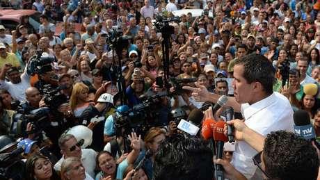 Juan Guaidó declarou que tem apoio das Forças Armadas e instou a população a tomar as ruas para pressionar Maduro a deixar o poder