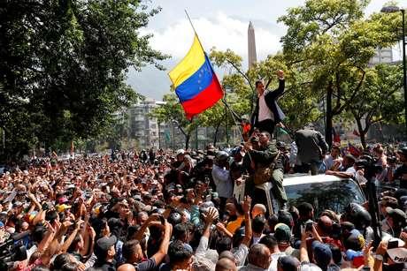 Líder da oposição venezuelana Juan Guaidó discursa para simpatizantes em Caracas 30/04/2019 REUTERS/Carlos Garcia Rawlins