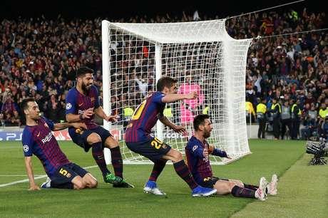 Messi comemora com Sergi Roberto, Luis Suarez e Sergio Busquets