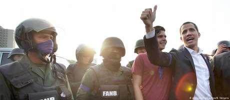 Juan Guaidó ao lado de alguns militares que aderiram à sua convocação