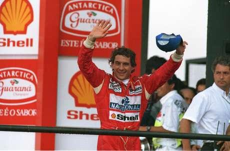 Ayrton Senna comemora vitória do GP Brasil, acena com o boné em Interlagos