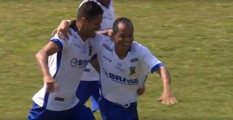 Jobinho comemora terceiro gol doSanto André e seu segundo marcado na final (Imagem: Reprodução/SporTV)