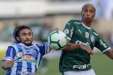 Deyverson (D), do Palmeiras, disputa lance com Apodi, do CSA, em partida válida pela segunda rodada do Campeonato Brasileiro 2019, realizada no Estádio Rei Pelé, Maceió (AL), nesta quarta-feira (1º).