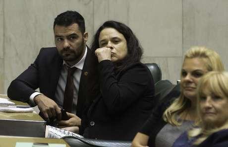 A deputada Janaina Paschoal (PSL) participa de sessão na Assembléia Legislativa de São Paulo ao lado do deputado Arthur Moledo do Val (DEM)