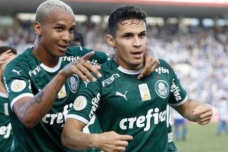 Raphael Veiga, do Palmeiras, comemora ao marcar gol durante partida contra o CSA, válida pela segunda rodada do Campeonato Brasileiro 2019, realizada no Estádio Rei Pelé, Maceió (AL), nesta quarta-feira (1º).