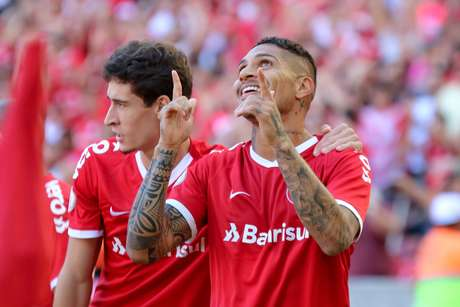 Paolo Guerrero, do Internacional, comemora ao marcar gol durante partida contra o Flamengo, válida pela segunda rodada do Campeonato Brasileiro 2019, realizada no estádio Beira-Rio, em Porto Alegre (RS), nesta quarta-feira (1º).