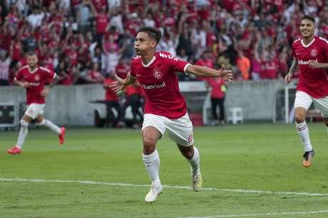 Sarrafiore, do Internacional, comemora ao marcar gol durante partida contra o Flamengo, válida pela segunda rodada do Campeonato Brasileiro 2019, realizada no estádio Beira- Rio, em Porto Alegre (RS), nesta quarta-feira (1º).
