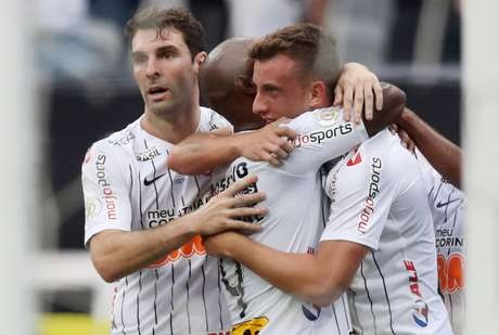 Love e Boselli abraçam Carlos Augusto, autor do gol do Corinthians contra a Chape
