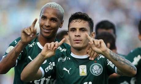Deyverson celebra com Veiga: nenhum atacante faz gol ou dá assistência há três jogos (Cesar Greco/Ag. Palmeiras)
