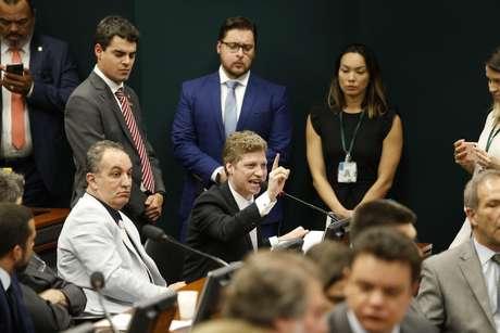 Ao centro, deputado Marcel Van Hattem (NOVO-RS) em sessão sobre o projeto da reforma da Previdência, na Comissão de Constituição e Justiça e de Cidadania (CCJ), na Câmara dos Deputados, em Brasília (DF), em 23/04/2019