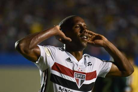 Toró, do São Paulo, comemora seu gol durante partida contra o Goiás, válida pela segunda rodada do Campeonato Brasileiro 2019, no estádio Serra Dourada, em Goiânia, nesta quarta- feira.