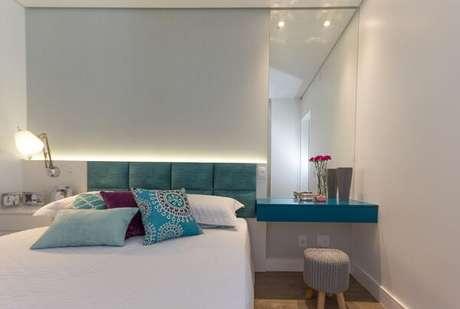 9 – Almofadas coloridas para decoração de quarto de casal simples. Projeto de Elen Saravalli