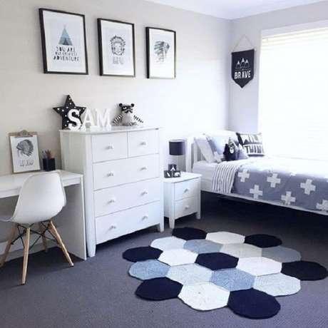 36 – As cores do tapete alegram o ambiente de quarto simples. Fonte Casa e Construção
